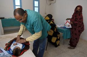 Consulta pediátrica (médico de la Brigada Cubana)